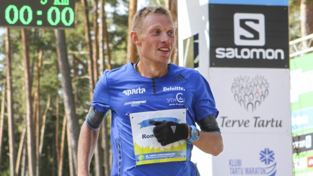 Eesti tippmaratoonari Roman Fosti jaoks aitab jooksmine mõtteid korrastada ja muudab ta tasakaalukamaks. Pildil Tartu jooksumaratoni finišis