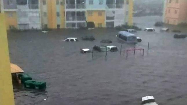 TULVAVEE VÕIMUSES: Kariibi merel Florida poole liikuv orkaan Irma jättis endast maha üleujutatud Saint Martini saare.
