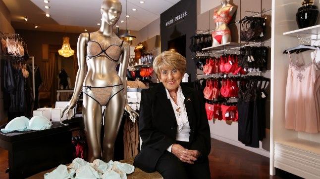 LOBISEMISE EEST MEIL PALKA EI MAKSTA! Briti ajaleht paljastab, et kuninganna staažikas pesumeister June Kenton on kaotanud ilmselt ebadiskreetsuse tõttu töö