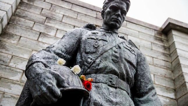 Valitsus otsustas viia pronkssõdur Tõnismäelt ära, kaitseväe kalmistule.