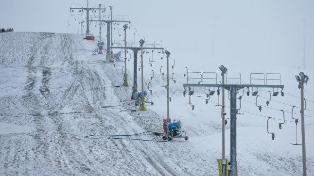 LÄHEB VALGEKS: Kiviõli seikluspargis saab suuskadel mäest alla tuhiseda heal juhul reedel, paari päevaga haljast nõlva lumega ära ei kata.