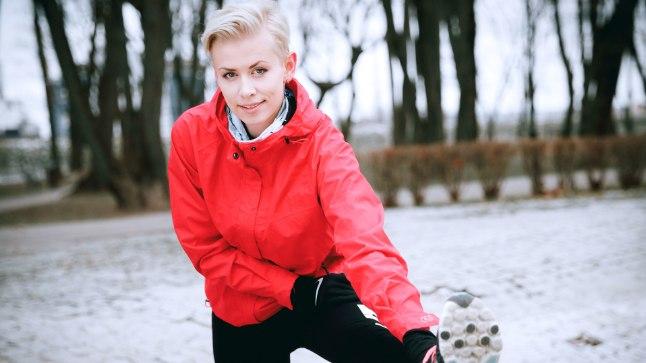 VENITAB: Vasaloppetiks valmistuv ajakirjanik Eeva Esse teab, et sporti tuleb teha võimete piires. Sama oluline on ka korralik soojendus.