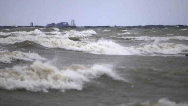 Tänu kagust puhuvale tuulele on lõunapoolsetel rannaaladel oodata tugevat lainetust.