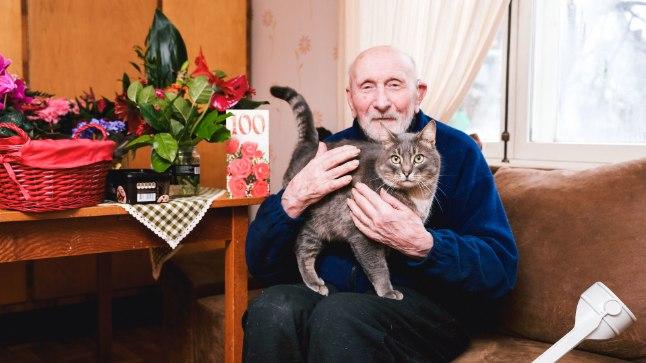 KAHEKESI KIISUGA: 100aastane Eduard Kuuskor, viimane elusolev kuulsa Raua tänava lahingu veteran elab Keilas väikeses majas kahekesi koos kõuts Kiisuga.