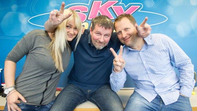 KAHTLANE REKLAAMITRIKK: Möödunud nädalal levis uudis, et Sky Plusi hommikuprogrammi üks juhte Alari Kivisaar paneb ameti maha. Nüüd on selge, et tegemist oli reklaamikampaaniaga, mis pidi tähelepanu tõmbama Sky Plusi uuenenud koduleheküljele. Pildil Sky Plusi hommikuprogrammi juhid Maris Järva (vasakult), Alari Kivisaar ja Kristjan Hirmo.