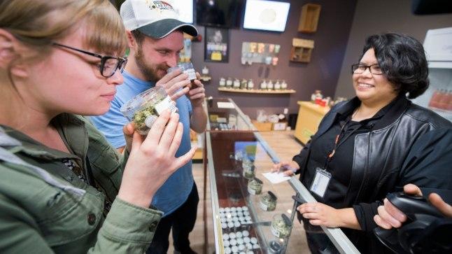 Arizonast saabunud turistid Californias marihuaanat ostmas.