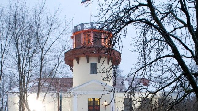 Traditsiooniliselt kogunevad tartlased 24. veebruari hommikul tähetorni juurde Eesti lipu austamise tseremooniale.