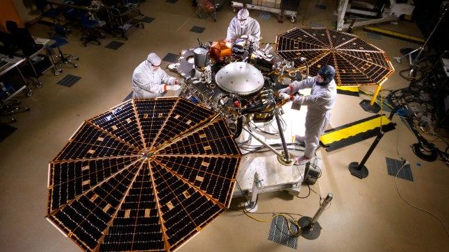 ETTEVALMISTUSED MARSILE SAATMISEKS: Mais Marsi suunas teele asuv NASA uurimisjaam Insight saab endale päikesepatareid.