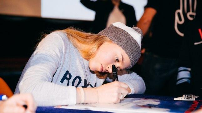 Kelly Sildaru autogramme jagamas.