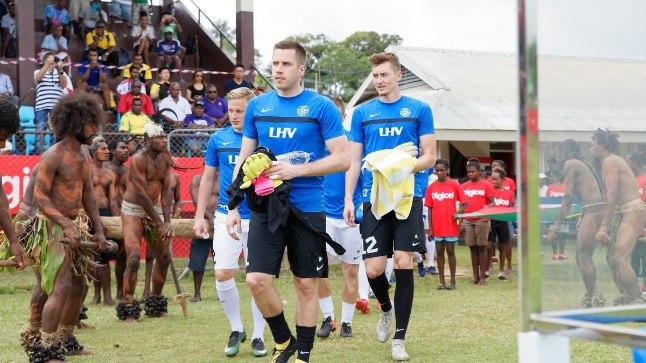 Eesti jalgpallikoondis Okeaanias, esiplaanil Marko Meerits.