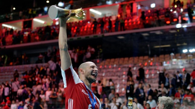 Võrkpalli MM-finaalturniiri parimaks mängijaks valitud Bartosz Kurek tähistamas maailmameistritiitlit.