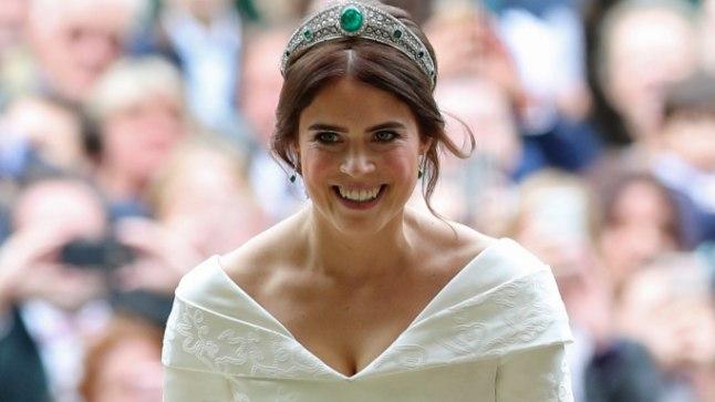 Printsess Eugenie Windsori lossi kabelisse astumas.