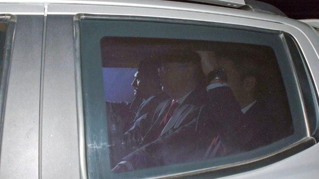 Pastor Andrew Brunson (keskel, prillidega), saabub vastu ööd Izmiri linna kohtumajja