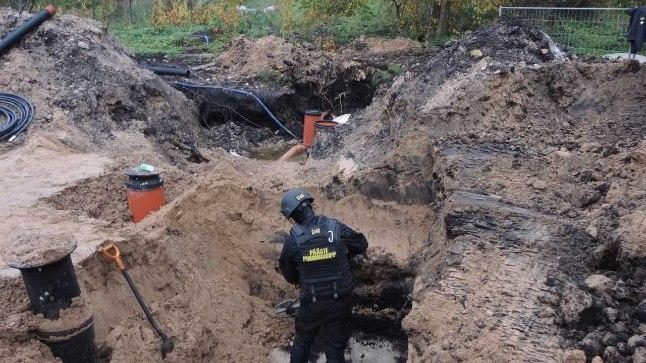 KAEVANDIST: Osa miine oli jõutud kopaga süvendist välja tõsta, osale said demineerijad jaole kaevandis.