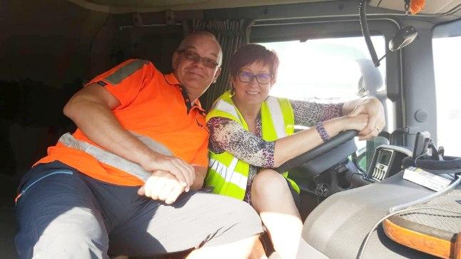 """OMA PISIKESES KODUS: Kümme aastat koos Soome ja Saksamaa vahel sõitvad elukaaslased-paarimehed Marita ja Edgar ei muretse, et nad väikses autokabiinis ninapidi koos olles teineteisest ära tüdineks. """"Meil on omavahel hea koostöö!"""" ütlevad nad."""