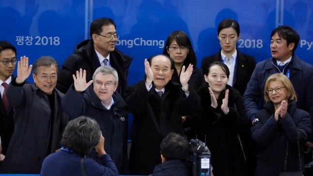 Moon Jae-in ja Thomas Bach lehvitavad, Kim Yong-nam ja Kim Yo-jong plaksutavad.