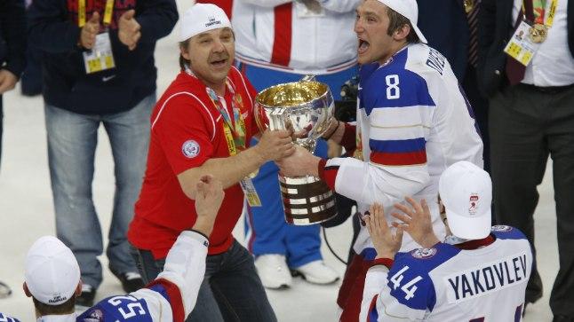 TŠEMPIONID: Venemaa viimane suurturniiri võit pärineb 2014. aasta MMilt. Kui peatreener Oleg Znarok (vasakul) on ametis ka Pyeongchangis, siis NHLi täht Aleksandr Ovetškin (paremal) jääb tänavu olümpialt eemale.