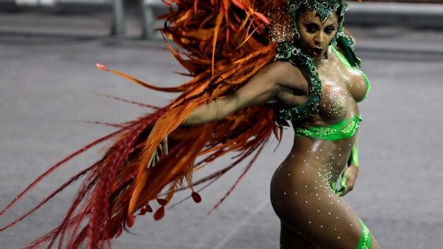 Tarine Lopes tantsis vaatamata stringide kadumisele bravuurikalt edasi.