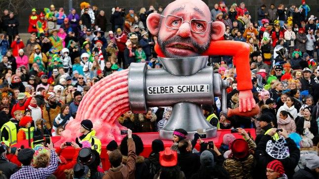 PILKEALUNE: Düsseldorfis esmaspäeval toimunud karnevalirongkäigus kujutati SPD juhtimisel läbi kukkunud Martin Schulzi poliitikuna, kes ajab end ise läbi hakklihamasina.