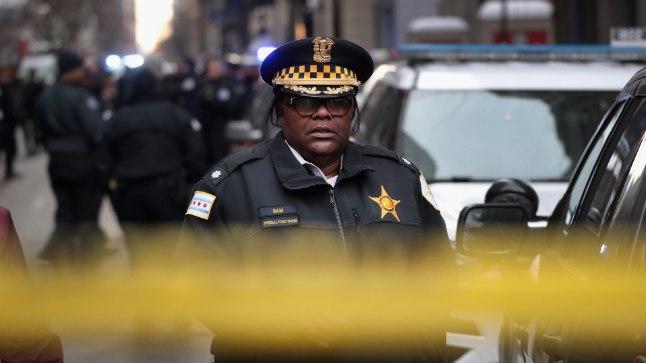 Pärast Baueri surmateadet kogunesid mitmed politseinikud Northwesterni memoriaalhaigla juurde