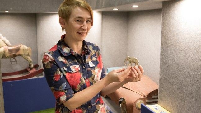 SUKKADEST MÄNGUASI? Mänguasjamuuseumi arendusjuht Marge Pärnits näitab sulatatud kapronsukkadest valatud mänguelevanti - selliseid asju tehti 50ndatel aastatel Pärnus.
