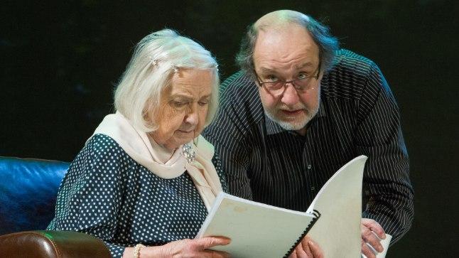 """Roman Baskin koos ema Ilse """"Ita"""" Everiga juubelilavastuses """"Finaal"""""""