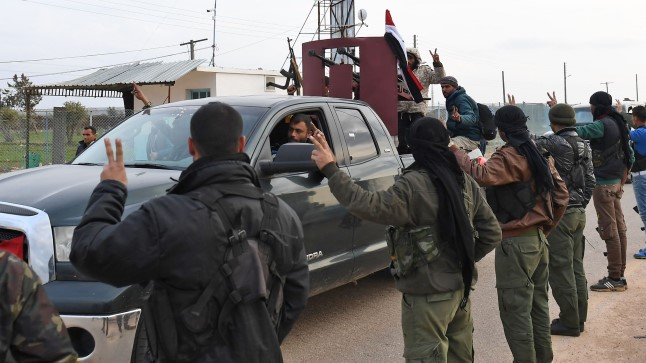 Uued liitlased: kurdi võitlejad näitavad süürlastele tervituseks võidumärki.