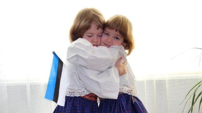 Nelja-aastastele tütardele Kateriinile ja Seleriinile pandi selga nende vanavanaema käest saadud rahvariided. Katren Sellik