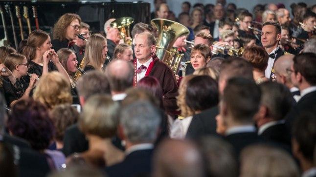 ÕHTU KÕIGE TÄHTSAMAD INIMESED: President Kersti Kaljulaid saabub koos abikaasa Georgi-Rene Maksimovskiga vastuvõtule.