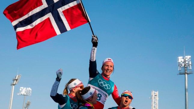 Koondisekaaslased tähistavad koos Marit Björgeniga.