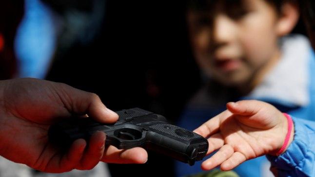 Relv ja laps. Pilt on illustratiivne.