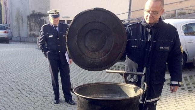 Politseinikud näitavad õnnetuse põhjustanud nõiakatelt.