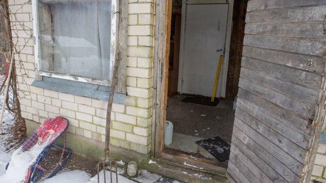 LÄINUD: Merle maja ukse ees on vesilood – perenaist pole kodus.