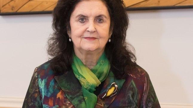 Folklorist Ingrid Rüütel oma värske raamatuga.
