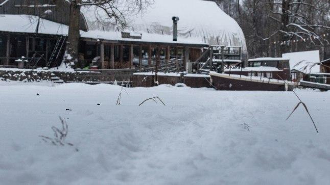 KÕNDIJAID ON: Lumine jalgrada Emajõe jääl tõestab, et üle vee käiakse päris usinasti.