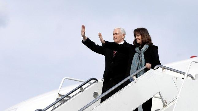 Mike Pence ja tema naine Karen jõudsid Lõuna-Koreasse.