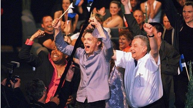 VÕIDUKAS 2001: Eestit esindanud Tanel Padar ja Dave Benton Eurovisionil häälte lugemise aegu juubeldamas.