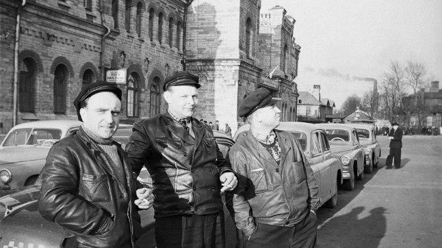 Kolm Tallinna taksopargi taksojuhti poseerimas 1960. aastate alguses Balti jaama vana hoone ees. Heiti Kruusi