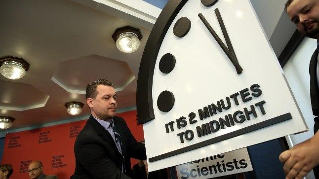 TUUMASÕJAOHT KASVAB: Tuumafüüsikud nihutasid jaanuari lõpus sümboolset viimsepäevakella 30 sekundit edasi, keskööni jääb vaid kaks minutit varasema kahe ja poole minuti asemel. Sümboolne viimsepäevakell (Doomsday Clock) näitab piltlikult, kui kaugel on maailm kõikehävitavast tuumasõjast. Kell seati sisse 1947. aastal, kaks aastat pärast seda, kui USA aatomipommid olid hävitanud Jaapani linnad Hiroshima ja Nagasaki. Tookord lahutas kellaosuteid katastroofi märkivast keskööst seitse minutit.