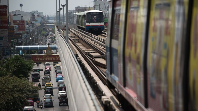 Raudtee Bangkokis. Foto on illustreeriv