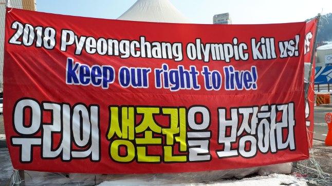 """Nii mõnegi talispordi varustuse müügi ja või laenuga tegelev ettevõtte on enda poodide juurde püstitanud telgi, mis on kaetud selge sõnumiga: """"2018 Pyeongchangi olümpia tapab meid. Säilitage meie õigus elada."""""""
