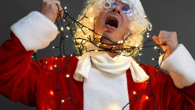 Saksamaal on teada ka juhtum, kus mees püüdis oma keha stimuleerida nibude külge kinnitatud jõulutulukestega. Enamasti surrakse eneserahuldamise käigus aga lämbumise tagajärjel.