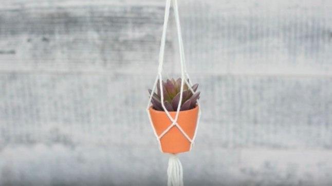 Valmista makramee tehnikas vahva lillepoti hoidja!