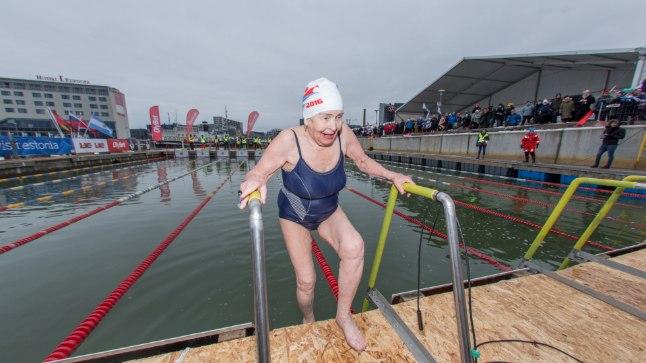 PRONKS KÄES: Anna Semjonova väljub MMil pärast pronksmedali võitmist jääkülmast veest.