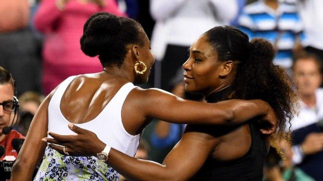 Õed Williamsid üksteist kallistamas.