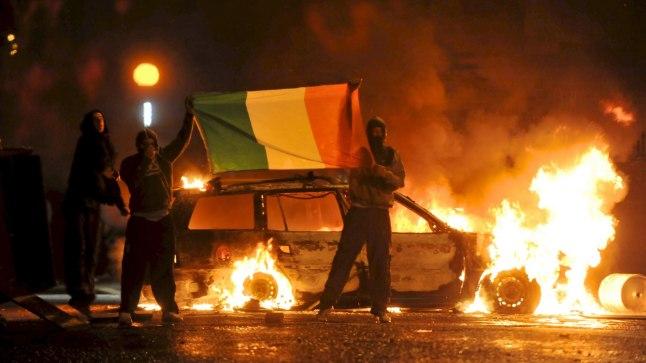 Põhja-Iiri mässajad Iirimaa lipuga. Pilt on illustreeriv.