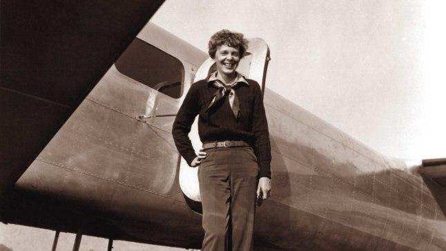 LENNUNDUSPIONEER: Amelia Earhart 1930. aastail oma lennuki Lockheed Electra kõrval. 1937. aasta juulis Vaikse ookeani kohal kaduma läinud piloot kuulutati ametlikult surnuks 1939. aasta jaanuaris.