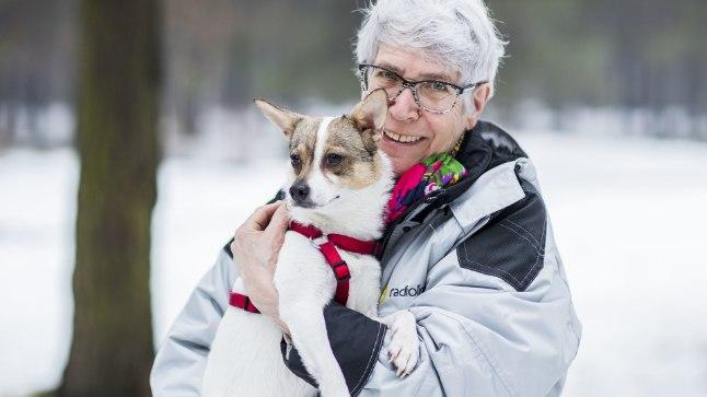 PARIM SELTSILINE: Tallinnas elava Kai (72) elu sai pärast kurva saatusega aastavanuse Tibi perenaiseks saamist särtsu ja rõõmu juurde. See mõjub terviselegi hästi, sest nad käivad neli korda päevas jalutamas.
