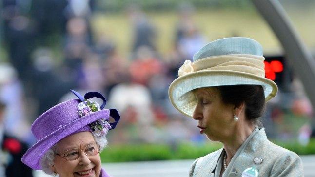 Elizabeth II koos oma ainsa tütre printsess Anne'iga.