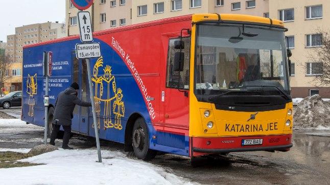 Raamatukogubussil Katarina Jee on linnas 26 peatust, neist üks Mahtra 9 juures.